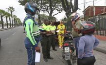 Controles. La ATM y la Policía abordan a una pareja que viaja en moto.