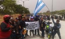 Motociclistas reunidos frente al Parque Samanes.