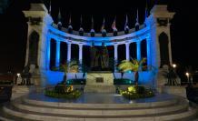 La estatua de Bolívar y San Martín también está iluminada.