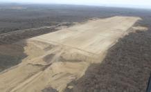 Un aspecto de la pista inconclusa en la zona de Daular. En el terreno del nuevo aeropuerto.