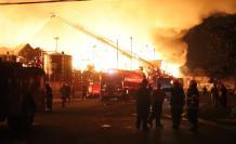 Bomberos colaboran en apagar el fuego en una empresa de Durán.