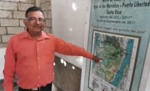 El custodio del manglar Genaro Vera muestra el mapa de los lugares identificados con tala.