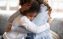Una madre consuela a su hija