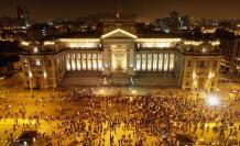 Manifestantes participan en una multitudinaria marcha de protesta contra el nuevo gobierno del presidente Manuel Merino, hoy, frente al Palacio de Justicia