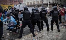 Maradona-VELORIO-HINCHAS-POLICÍA