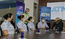 Las tres agentes de la Autoridad de Tránsito Municipal, junto a las autoridades.