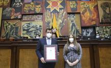 María Isabel Muñoz, gerente de AENOR, entregó al presidente César Litardo la certificación ISO al sistema de gestión antisoborno de la Asamblea.