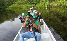 Fotografía sin fechar y cedida por el ministerio de Ambiente que muestra a voluntarios, técnicos y expertos mientras hacen un seguimiento de aves en la reserva de la biosfera del Yasuni (Ecuador)