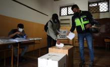 Un hombre votó hoy en un centro electoral en Quito (Ecuador).