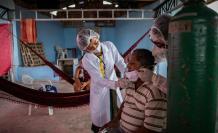 Indígenas crean hospital de campaña para pacientes con covid en el Amazonas
