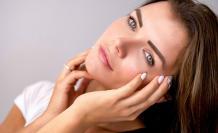 Mujer con maquillaje tenue