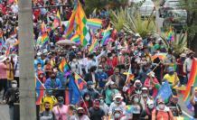 Cientos de protestantes en apoyo a Yaku Pérez, por las calles de Quito.