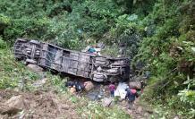 Al menos 20 personas fallecieron este martes al caer un ómnibus de transporte público por un barranco en una carretera de la región boliviana de Cochabamba, en el centro del país.