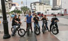 Un grupo de ciclistas, en el centro de Guayaquil, en días recientes.