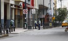 Dos agentes de tránsito custodiaban la calle Víctor Manuel Rendón la mañana de ayer.