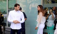 El portero español Iker Casillas acompañado por su mujer Sara Carbonero a su salida del hospital de Oporto, donde estuvo ingresado tras el infarto que sufrió en 2019. EFE/Carlos Garcia