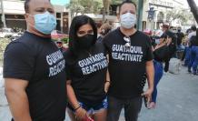 """Los protestantes portan carteles, bocinas y camisetas de color negro con leyendas como """"Guayaquil reactívate"""" y """"el pueblo solo salva al pueblo""""."""