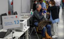 Una persona recibe una dosis de la vacuna contra la covid-19 de AstraZeneca, en Madrid.