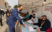 El cónsul de Ecuador en la Región de Murcia Miguel Ángel Macías se registra en la mesa electoral momentos antes de votar, este domingo en el recinto de la Fica en Murcia.