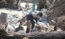 Familiares buscan a las personas desaparecidas luego del desbordamiento del Río Monjas.