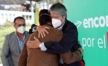 Guillermo Lasso abraza a Jonathan Freire, activista de la comunidad LGBT, 26 abr. 21