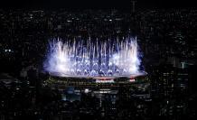 Fuochi d'artificio durante la cerimonia di apertura delle Olimpiadi di Tokyo 2020, venerdì allo Stadio Olimpico, che non assisterà al pubblico sugli spalti.