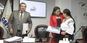 Encuentro. La presidente Diana Atamaint dialogó con Esthela Acero que abandonó el CNE la tarde del martes.