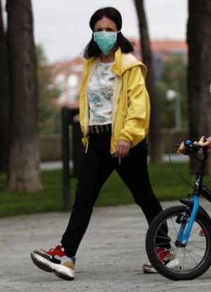 Madre e hija pasean por su barrio.