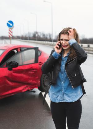 Mujer angustiada ante accidente de tránsito