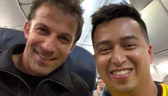 Del Piero en el avión junto al ecuatoriano Luis Felipe Maridueña.