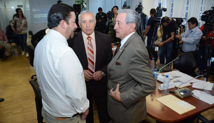 Comparecencia. El ministro de Defensa, Oswaldo Jarrín, junto a los legisladores Fabricio Villamar y René Yandún, en la Comisión de Soberanía.