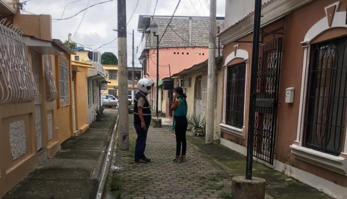 Guayaquil. Mujer fallecida lleva más de 10 horas en su casa en Sauces. Autoridades no retiran el cuerpo. Nota: Gelitza Robles