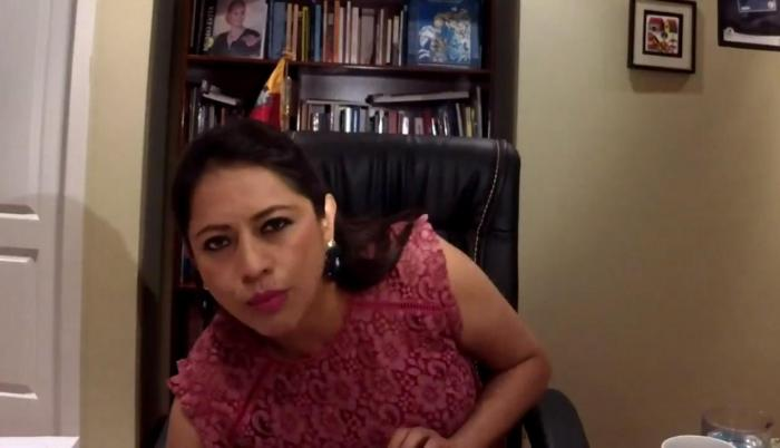 Paola Pabón revisa su tobillera electrónica