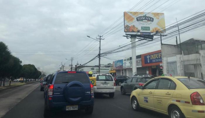 El primer día de semáforo amarillo en la capital registró escenas de tráfico vehicular.