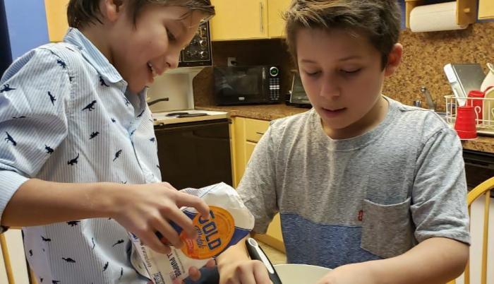 Niños preparando una receta
