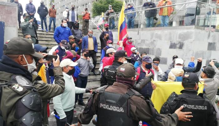 Jubilados de las fuerzas armadas protestaron hoy.