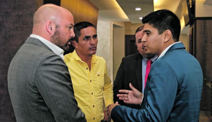 Charla. Minutos antes de que empiece la sesión, el presidente de la LigaPro, Miguel Ángel Loor (i), conversó con el titular del Manta, Jaime Estrada (d).