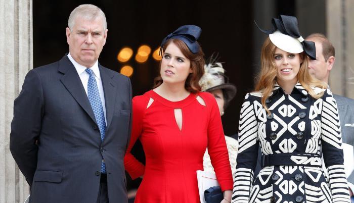 El duque de York con sus dos hijas, Eugenia y Beatriz.