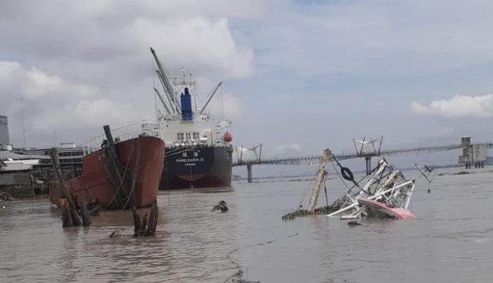 embarcación hundida en el río