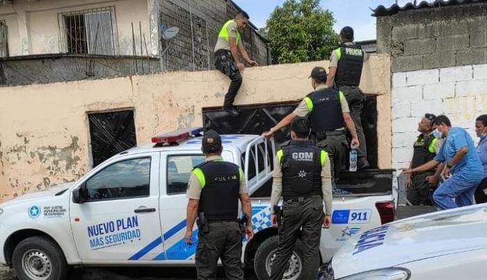 La Policía recaba indicios en el domicilio de la familia Ibáñez.