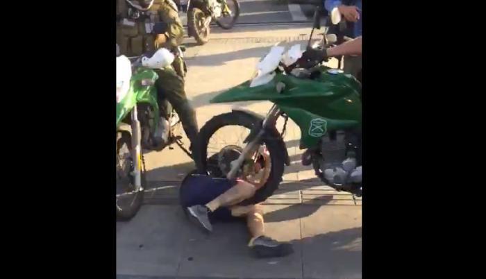 Carabineros atropellan a un manifestante