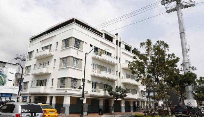 Perspectiva. El propietario de esta vivienda no sabe a cuántos metros sobre su techo están los cables de la Aerovía, cerca de la estación Malecón