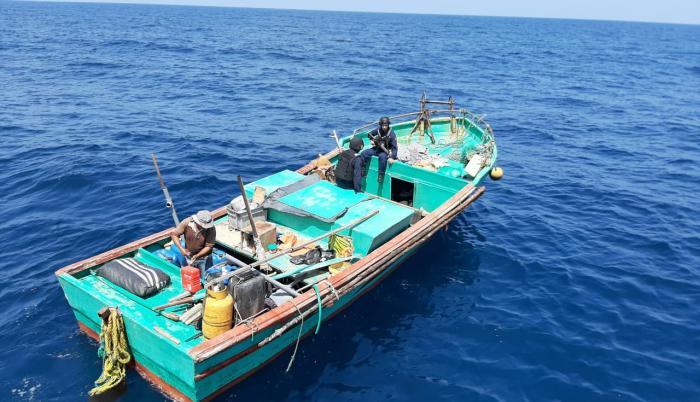 Armada aprehende dos lanchas ecuatorianas y una embarcación peruana