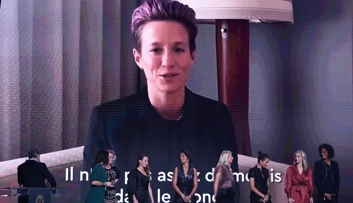 Megan Rapinoe recibió su premio mediante un video.