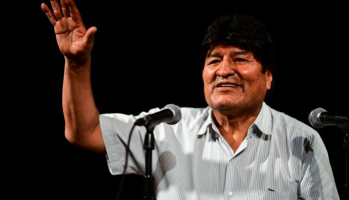 En la foto aparece Evo Morales en una rueda de prensa desde Argentina