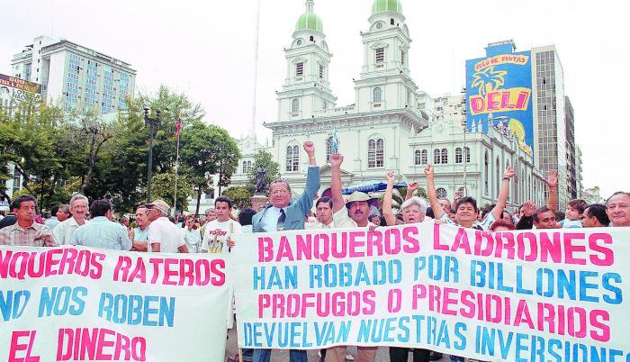 Imagen Protesta fuera de banco 2