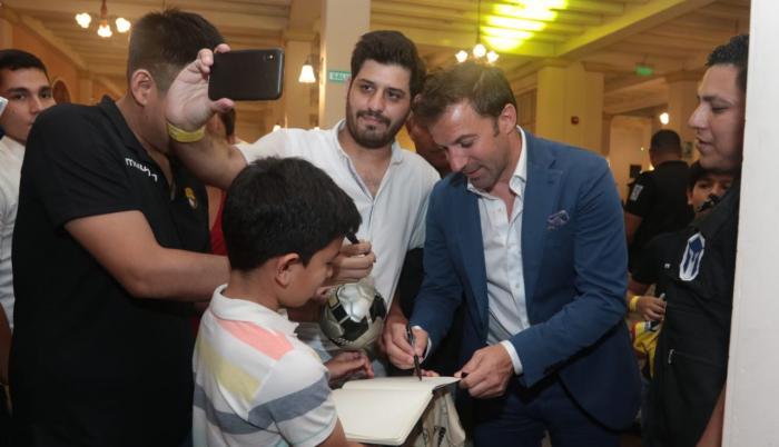 Alessandro Del Piero, firmando autógrafos en la cena que realiza Barcelona anualmente al jugador invitado para la Noche Amarilla.