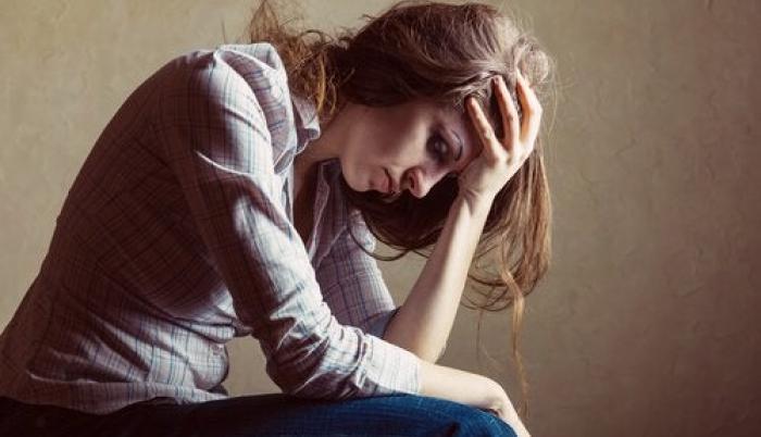mujer-con-las-manos-en-la-frente-pensando-en-sus-problemas