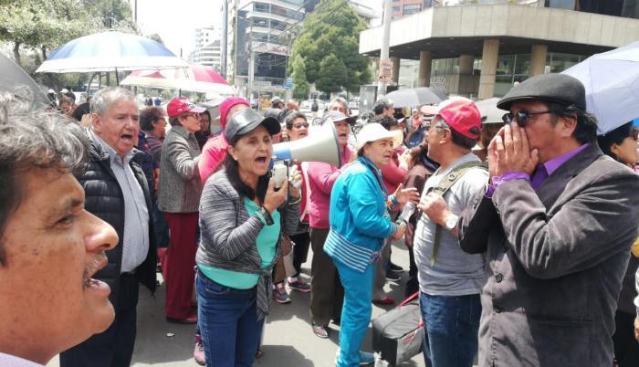 Maestros jubilados marcharon hasta el Ministerio de Educación.