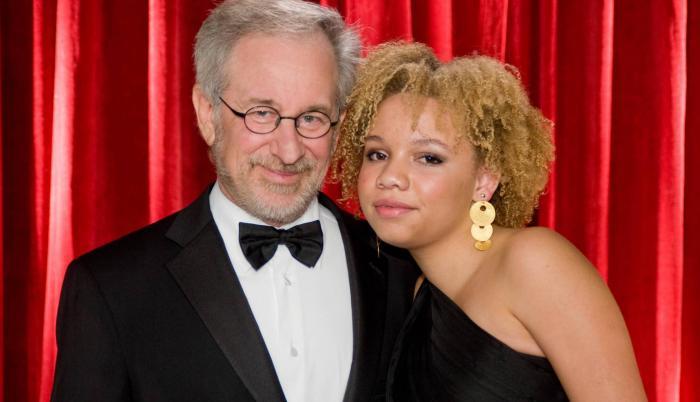Mikaela Spielberg y Steven Spielberg, su padre adoptivo.
